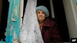 Жінка у пошкодженій артилерійський вогнем квартирі в Донецьку, 3 лютого 2017.