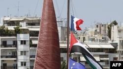 Cờ Palestine, Pháp và Liên minh châu Âu được treo trên cột buồm của 1 chiếc thuyền neo tại cảng Pireaus, gần Athens, Hy Lạp, 4/7/2011