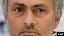 Pelatih Real Madrid Jose Mourinho menuduh UEFA dan wasit berusaha membantu Barcelona mencapai final Liga Champions.