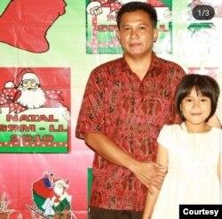 Harry Bonatama Siregar dan putrinya Windy, ketika bertugas di Departemen Security Risk Management PT Freeport Indonesia di Timika, Papua, sebelum tewas dibunuh 7 April 2011. (Foto: Pribadi)