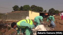 Mariam et ses employées ramassent les plastiques, à Conakry, le 5 février 2019. (VOA/Zakaria Camara)