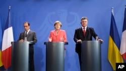 Франсуа Олланд, Ангела Меркель и Петр Порошенко. Берлин, 24 августа 2015.
