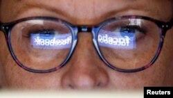El logo de Facebook reflejado en unos anteojos. Foto de Reuters del 3 de junio de 2018, lugar no especificado.