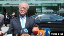 Tổng Giám đốc IAEA Yukiya Amano nói chuyện với phóng viên bên ngoài khách sạn Palais Coburg, nơi tổ chức các cuộc đàm phán hạt nhân, tại Vienna, Áo, 4/7/2015.