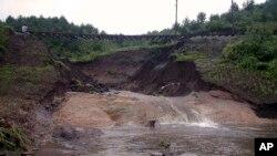 지난 2002년 9월 북한에서 태풍 피해로 철로 주변이 붕괴됐다. (자료사진)