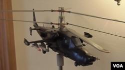 俄羅斯國防出口公司展出的武裝直升飛機模型。(美國之音白樺)
