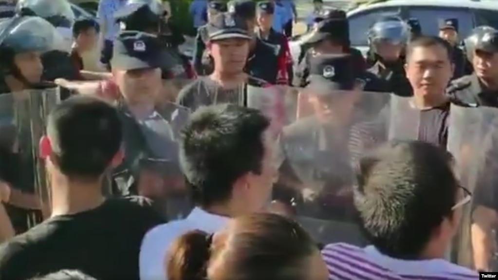 中国警察将要求筹建国会抗议警察打人的深圳佳士科技员工围了起来。(推特截图)