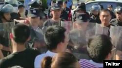 中國警察將要求籌建國會抗議警察打人的深圳佳士科技員工圍了起來。(推特截圖)