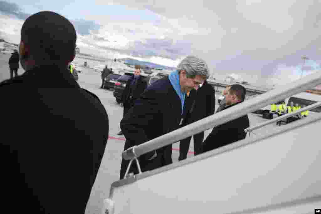 Secretary of State John Kerry boards a plane at the conclusion of another round of nuclear negotiations with Iranian Foreign Minister Mohammad Javad Zarif, in Geneva, March 4, 2015.