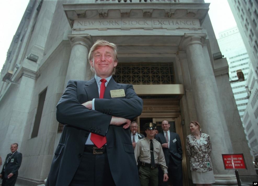 1995年6月7日,川普站在纽约股票交易所门前。他的赌场上市了