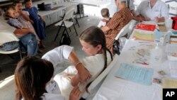 La mayoría de encuestados también considera que las escuelas deben tener la autoridad de suspender a los niños que no están vacunados cuando se produce algún brote de enfermedad.