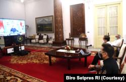 Presiden Jokowi didampingi Mentri PUPR dan Menteri Kesehatan memberikan arahan terkait penanganan bencana banjir dan longsor yang terjadi di NTT dan NTB secara virtual dari Istana Kepresidenan, Jakarta, Selasa (6/4). (Foto: Courtesy/Biro Pers)