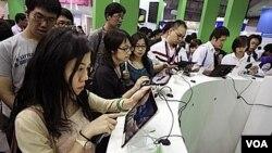 El público experimenta con las computadoras y dispositivos en la convención Computex en Taiwán.