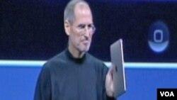 """Steve Jobs sa jednim od """"magičnih"""" proizvoda Apple-a"""