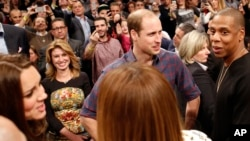 Pangeran William (kedua dari kanan), bertemu dengan rapper dan pengusaha Jay-Z (paling kanan), sementara Kate, the Duchess of Cambridge, (kiri) berbincang-bincang dengan istri Jay Z, Beyonce (tengah) di New York (8/12).