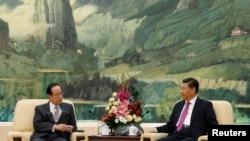 Cựu Thủ tướng Nhật Bản Yasuo Fukuda và Chủ tịch Trung Quốc Tập Cận Bình tại Sảnh đường Nhân dân ở Bắc Kinh, ngày 29/10/2014.