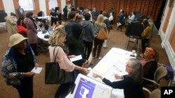 Cử tri Mỹ xếp hàng đi bầu cử ở thành phố Richmond, bang Virginia, Mỹ, ngày 6/11/2018.
