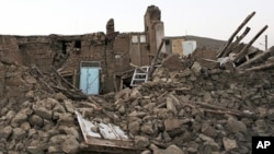 지진 피해로 무너진 이란 바르자간 마을의 건물들.