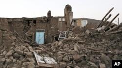 8月13日地震后,伊朗西北部一个村庄的房屋化为废墟