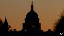 Contorno del Capitolio de Estados Unidos al amanecer en Washington, el 23 de diciembre de 2018.