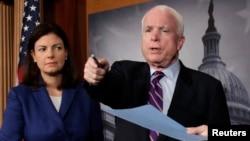 美國參議員麥凱恩(右)和阿約特2012年12月21號在華盛頓舉行的一個記者會上