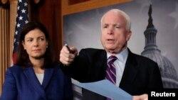 Senator dari partai Republik AS, John McCain (kanan) dan Kelly Ayotte dalam sebuah konferensi pers di Gedung Capitol, Washington DC (Foto: dok).