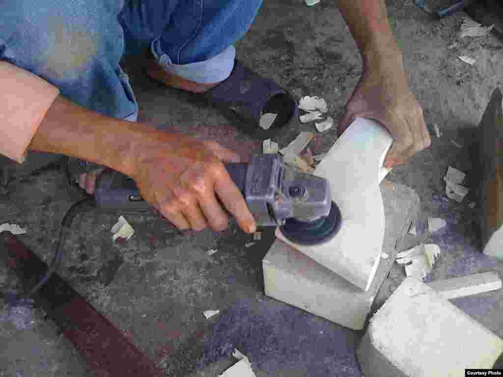Người thợ đang bào mịn chiếc đế guốc