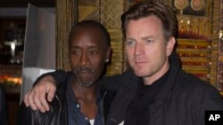 "Aktor dan sutradara Don Cheadle bersama aktor Ewan McGregor dalam penayangan perdana ""Miles Ahead,"" di London (5/4)."