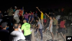 伊拉克巴格達薩德爾城星期三(2018年6月6號)發生爆炸後人們搜尋生還者