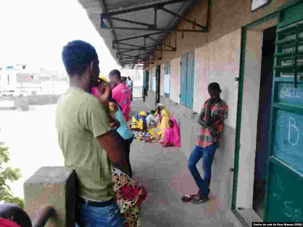 Ouverture du vote dans le département de Pikine, au Sénégal, le 30 juillet 2017. (VOA/Centre de vote de Keur Massar)
