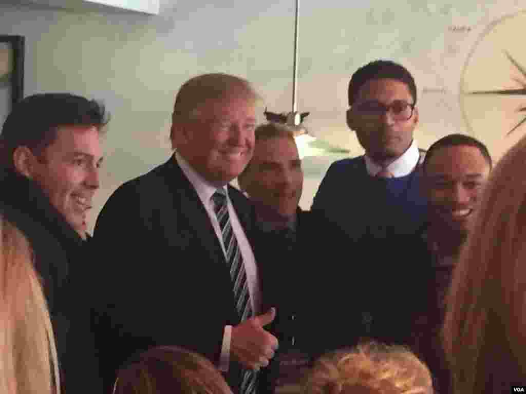 Donald Trump greets restaurant patrons in Manchester, New Hampshire, Feb. 9, 2016. (Photo: K. Gypson/VOA)