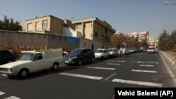 Des voitures font la queue pour faire le plein dans une station-service à Téhéran (Iran), mardi 26 octobre 2021.