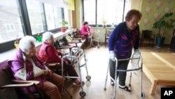 Những an úy phụ tại một viện dưỡng lão ở Toechon, Hàn Quốc.