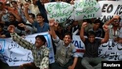 Ký giả Pakistan và các nhà hoạt động biểu tình phản đối việc đình chỉ hoạt động của kênh truyền hình tư nhân Geo
