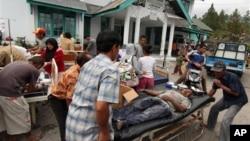 인도네시아 아체에서 강진이 발생한 2일 부상자들이 병원으로 이송되고 있다.