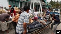 Những người bị thương được chăm sóc bên ngoài một trung tâm y tế cộng đồng ở Bener Meriah, Aceh, sau trận động đất