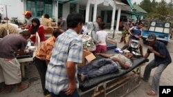 Para korban luka-luka akibat gempa mendapatkan perawatan medis di sebuah pusat penampungan di Bener Meriah, provinsi Aceh, Selasa (2/7).
