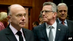Bộ trưởng Nội vụ Pháp Bernard Cazeneuve (trái) nói chuyện với Bộ trưởng Nội vụ Đức Thomas de Maiziere trong cuộc họp ở Brussels ngày 20/11/2015.