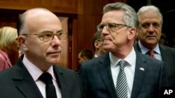 유럽연합 회원국들이 20일 벨기에 브뤼셀에서 테러 대응을 위한 협력 방안을 논의할 긴급 장관회의를 개최한 가운데, 베르나르 카즈뇌브 프랑스 내부장관(왼쪽)이 토마스 데메지에르 독일 내무장관과 나란히 입장하고 있다.