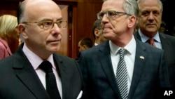 法国内政部长卡兹纳夫(左)和德国内政部长托马斯·德梅齐埃(中)