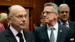 El ministro del Interior de Francia, Bernard Cazeneuve (izquierda) y el ministro del Interior de Alemania, Thomas de Maiziere, (centro) conversaron durante una reunión en Bruselas, el viernes, 20 de noviembre de 2015.