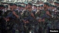 이란 혁명 수비대 군인들이 지난 2007년 이란 테헤란에서1980-1988 이란-이라크 전쟁을 기념하기 위해 군사 퍼레이드를 하고 있다.