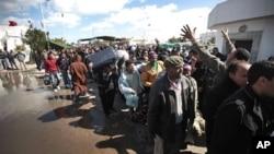大批利比亞民眾星期四逃離家園進入突尼斯。