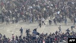 Pristalice egipatske vlade (dole) i demonstranti protiv nje (gore) sukobili su se danas na kairskom trgu Tahrir gađajući se međusobno kamenjem