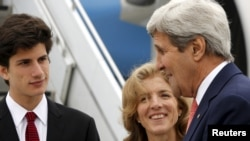 2016年4月10日美国驻日本大使卡罗琳·肯尼迪和她的儿子到机场迎接到日本出席工业化七国集团外长会议的美国国务卿克里。