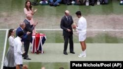 Vojvoda od Kenta predaje trofej pobednika Vimbldona Novaku Đokoviću (Foto: AP/Pete Nichols/Pool)