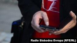 Aktivisti za ljudska prava ističu kako humanitarne telefonske linije, sms poruke ili donatorske večeri nisu dovoljne