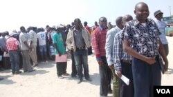 Antigos militares desmobilzados das FAPLA em Namibe durante a sessão de pagamento de indemnizações