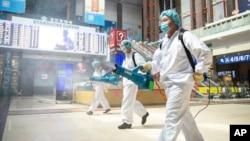 工作人員在北京火車站噴灑消毒劑。(2020年6月18日)