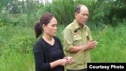 Ông Nguyễn Quốc Đông và con gái thắp hương cho Nguyễn Quốc Phi khi tới Đài Bắc.